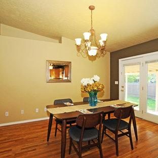 Esempio di una sala da pranzo aperta verso la cucina contemporanea di medie dimensioni con pareti marroni e pavimento in legno massello medio