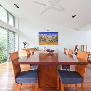 Неиссякаемый источник вдохновения для домашнего уюта: кухня-столовая среднего размера в современном стиле с белыми стенами, темным паркетным полом, горизонтальным камином и зеленым полом