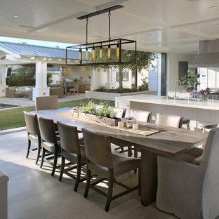 サンディエゴの巨大なトランジショナルスタイルのおしゃれなダイニングキッチン (白い壁、淡色無垢フローリング、暖炉なし、ベージュの床) の写真