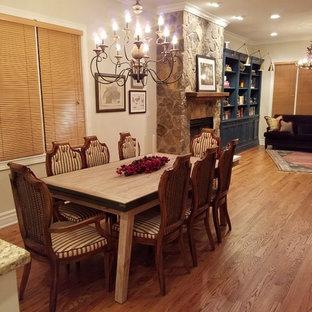 Idee per una sala da pranzo aperta verso il soggiorno classica di medie dimensioni con pareti beige, parquet chiaro, nessun camino e pavimento blu