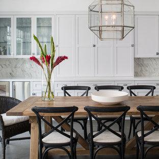 Ejemplo de comedor tradicional renovado, grande, abierto, sin chimenea, con suelo de madera oscura y paredes blancas