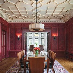 Foto di una sala da pranzo tradizionale chiusa con pareti rosse, pavimento in legno massello medio e pavimento marrone
