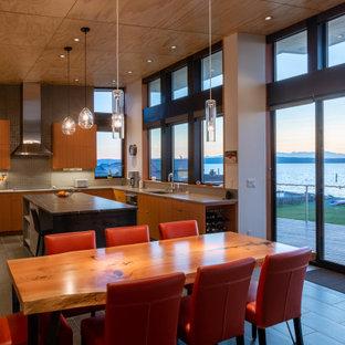 Diseño de comedor moderno, de tamaño medio, abierto, con paredes blancas, suelo de baldosas de porcelana, chimeneas suspendidas, marco de chimenea de piedra y suelo gris