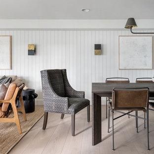 Идея дизайна: столовая в стиле кантри с белыми стенами, светлым паркетным полом, бежевым полом и стенами из вагонки
