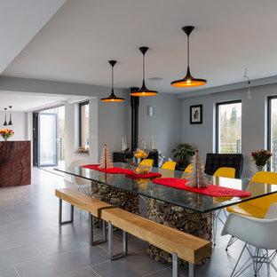 Salle à manger avec un poêle à bois et un mur gris : Photos et idées ...