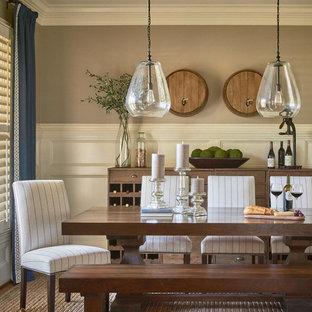 Создайте стильный интерьер: отдельная столовая среднего размера в стиле кантри с бежевыми стенами и темным паркетным полом без камина - последний тренд