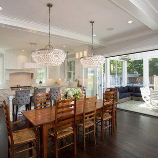 Ispirazione per una sala da pranzo aperta verso la cucina country di medie dimensioni con pareti grigie, parquet scuro, nessun camino e pavimento marrone