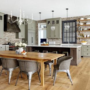 Foto di una sala da pranzo aperta verso il soggiorno country di medie dimensioni con pareti bianche e parquet chiaro