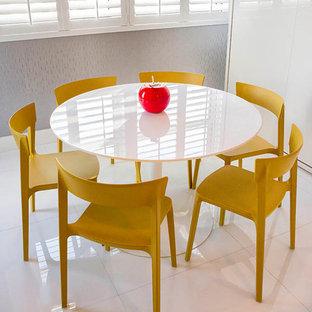 Idee per una sala da pranzo aperta verso la cucina moderna di medie dimensioni con pareti grigie e pavimento in gres porcellanato