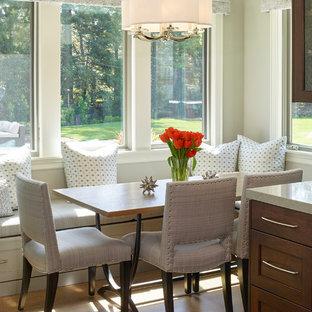 Modelo de comedor de cocina clásico, pequeño, con paredes grises, suelo de madera en tonos medios y suelo beige
