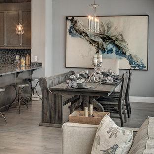 Foto de comedor de cocina rústico, de tamaño medio, sin chimenea, con paredes grises, suelo de madera en tonos medios y suelo marrón