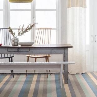 Ejemplo de comedor moderno con moqueta y suelo azul