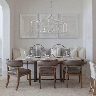 Idee per una sala da pranzo aperta verso il soggiorno stile marinaro di medie dimensioni con pareti bianche e nessun camino