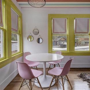 オースティンのエクレクティックスタイルのおしゃれなLDK (白い壁、淡色無垢フローリング、茶色い床) の写真
