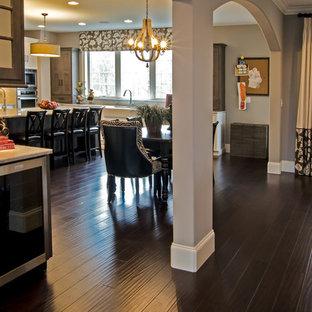Ispirazione per una sala da pranzo design con pavimento in bambù e pavimento marrone