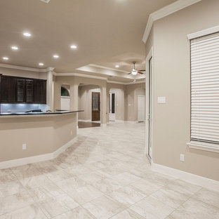 Idee per una sala da pranzo aperta verso la cucina mediterranea di medie dimensioni con pareti beige, pavimento con piastrelle in ceramica, nessun camino e pavimento beige