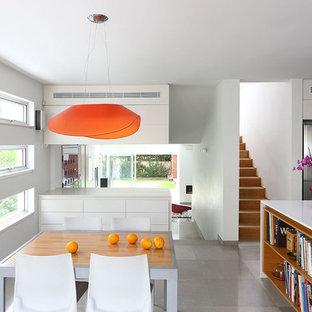 Idéer för att renovera ett litet funkis kök med matplats, med vita väggar och kalkstensgolv