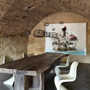 Diseño de comedor ecléctico, sin chimenea, con paredes beige, suelo de cemento y suelo gris