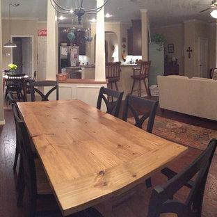 Foto di una sala da pranzo aperta verso la cucina stile americano di medie dimensioni con pareti beige, pavimento in vinile e nessun camino