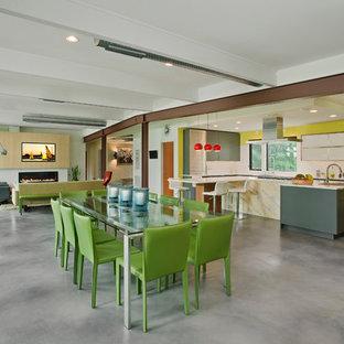 Idee per una grande sala da pranzo aperta verso il soggiorno design con pareti bianche, pavimento in cemento, nessun camino e pavimento grigio