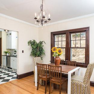 Esempio di una sala da pranzo aperta verso la cucina classica di medie dimensioni con pareti gialle, parquet chiaro e nessun camino