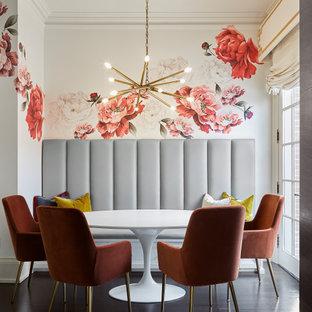 Réalisation d'une salle à manger tradition de taille moyenne avec une banquette d'angle, un mur blanc et un sol marron.