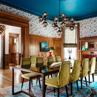 Foto di una sala da pranzo vittoriana chiusa e di medie dimensioni con parquet chiaro, camino classico e cornice del camino piastrellata