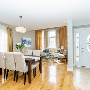 Inspiration pour une petite salle à manger ouverte sur le salon traditionnelle avec un mur gris, un sol en bois clair et un sol jaune.