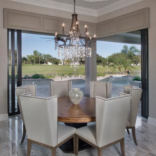 Immagine di una grande sala da pranzo aperta verso la cucina mediterranea con pareti beige e pavimento beige