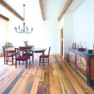Imagen de comedor de cocina rural, de tamaño medio, sin chimenea, con paredes blancas, suelo de madera en tonos medios y suelo marrón