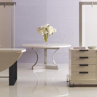 Immagine di una grande sala da pranzo aperta verso il soggiorno minimal con pareti viola e pavimento in vinile