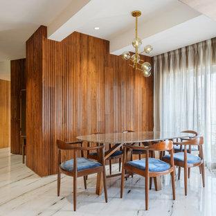 Immagine di una sala da pranzo aperta verso il soggiorno minimal con pareti marroni, nessun camino, pavimento multicolore e pareti in legno