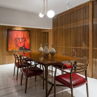 Esempio di una sala da pranzo etnica con pareti marroni e pavimento bianco