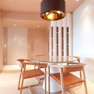Новый формат декора квартиры: столовая в стиле модернизм с белыми стенами и светлым паркетным полом