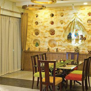 Diseño de comedor rústico, grande, abierto, sin chimenea, con paredes beige y suelo de mármol
