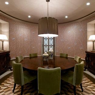 Foto de comedor clásico renovado, de tamaño medio, cerrado, con paredes rosas y suelo de mármol