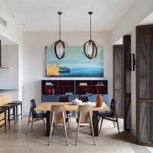 Неиссякаемый источник вдохновения для домашнего уюта: кухня-столовая в современном стиле с белыми стенами и бежевым полом без камина