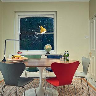 Foto di una piccola sala da pranzo aperta verso la cucina tradizionale con pareti bianche e pavimento in gres porcellanato