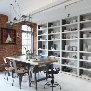 Inspiration för industriella matplatser, med vita väggar, målat trägolv och vitt golv