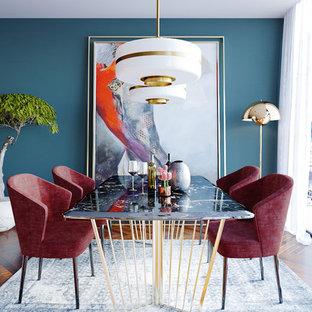 ニューヨークのエクレクティックスタイルのおしゃれなダイニング (青い壁、無垢フローリング、茶色い床) の写真