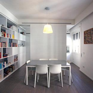 Modelo de comedor minimalista, pequeño, con paredes blancas y suelo de madera en tonos medios
