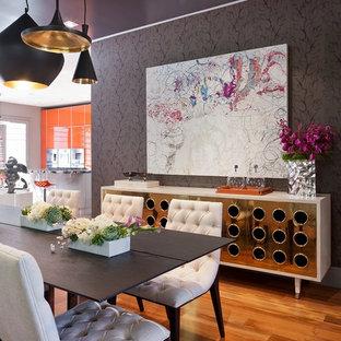 Exempel på en modern matplats med öppen planlösning, med mellanmörkt trägolv och lila väggar