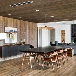 Exempel på ett stort modernt kök med matplats, med vita väggar, ljust trägolv, en standard öppen spis, en spiselkrans i gips och beiget golv