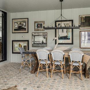 Idee per una sala da pranzo country con pareti grigie, pavimento in terracotta, nessun camino e pavimento multicolore