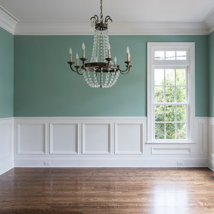 Стильный дизайн: столовая среднего размера в классическом стиле с зелеными стенами и паркетным полом среднего тона без камина - последний тренд