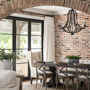 Ispirazione per una sala da pranzo aperta verso il soggiorno tradizionale di medie dimensioni con pavimento in legno massello medio