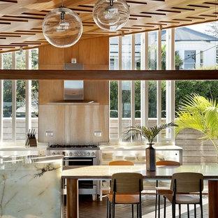 Ispirazione per una sala da pranzo aperta verso la cucina moderna con pavimento in mattoni