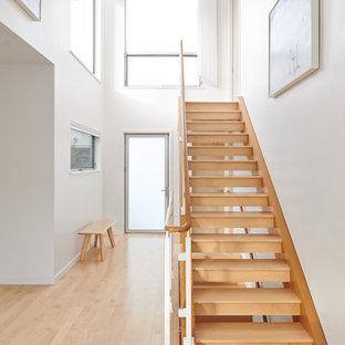 Idée de décoration pour une salle à manger ouverte sur la cuisine minimaliste de taille moyenne avec un mur blanc, un sol en linoléum et aucune cheminée.