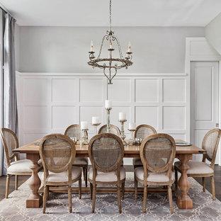 Ispirazione per una grande sala da pranzo tradizionale chiusa con pareti grigie, parquet scuro e pavimento marrone