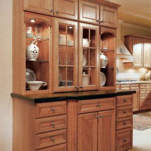 Ejemplo de comedor de cocina clásico, de tamaño medio, con paredes beige y suelo de baldosas de cerámica